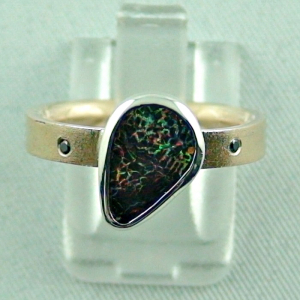 Goldring mit Koroit Boulder Opal, schwarze Diamanten